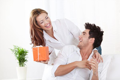 woman-giving-gift-to-her-boyfriend - 5 Tips To Find The Right Gift For Him