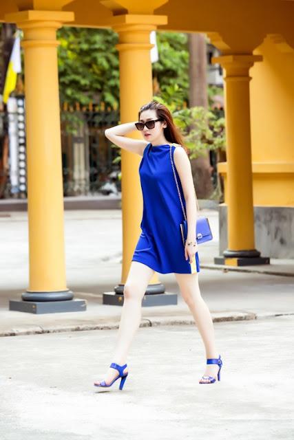 Váy suông lụa của nhà thiết kế Xuân Lê được người đẹp kết hợp với sandals xanh cùng tông.