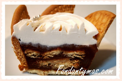 Fondant y más. Corte del cupcake de chocolate y galletas.