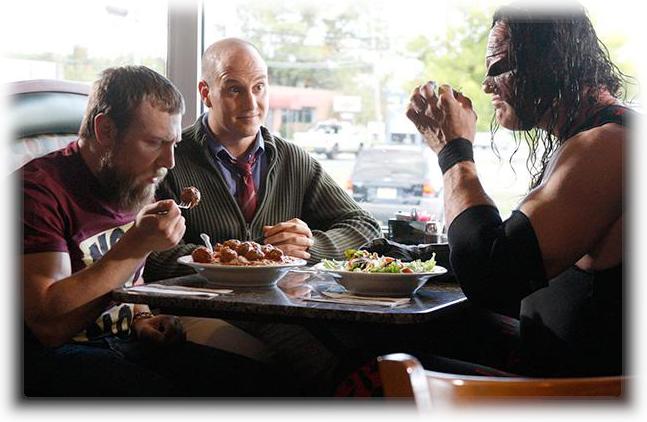 Kane almorzando junto a Daniel Bryan, foto super curiosa de Kane junto a Daniel Bryan