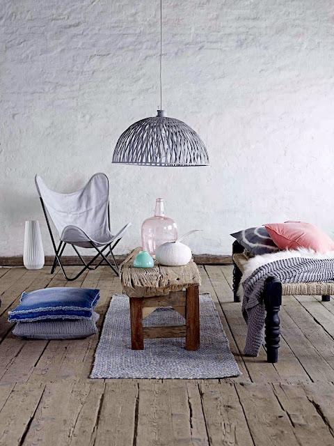 Stare deski na podłodze, białe ściany i butterfly krzesło