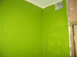 стены на кухне, первый слой зеленой краски, угол у входа с вентиляционной решеткой