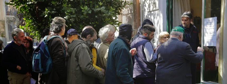 """Περιμένουν στη σειρά για μια σούπα στην Αθήνα: """"Εντελώς ασύμμετρη πολιτική λιτότητας"""""""