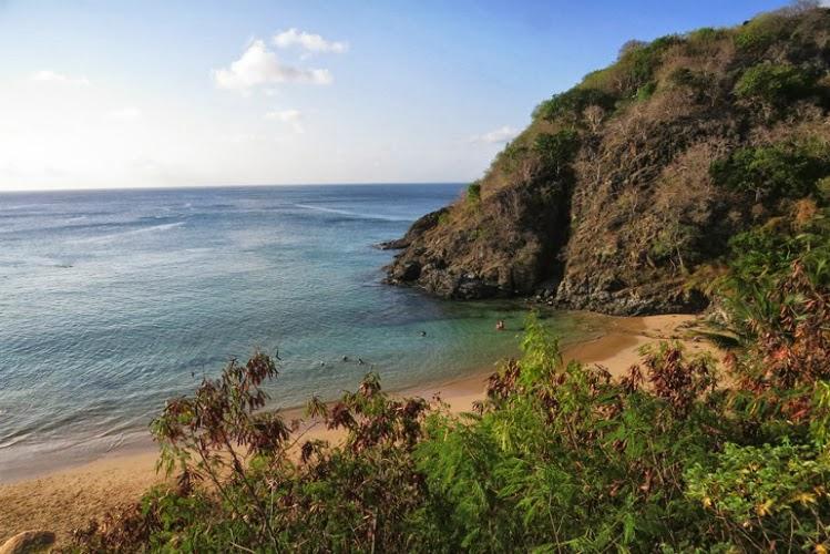 Situada logo abaixo da Fortaleza dos Remédios, esta praia possuía uma fonte com a cara de um cachorro, em bronze, vindo daí o seu nome.