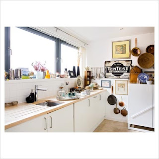 A country dreaming mum kitchen sink drama - Cucina con finestra sul lavello ...