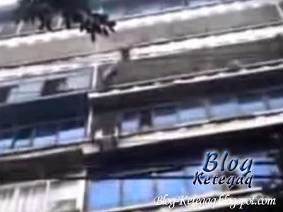 Budak tergantung di balkoni tingkat 7