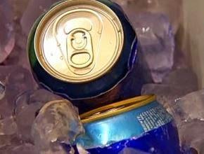 Latinhas, embalagens comuns em cerevejas e refrigerantes, podem ser contaminados pelo gelo.