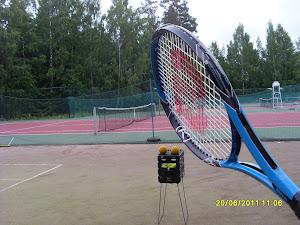 Tennistä Tampereen Kaupissa hiekkanurmi kestää pientä vesisadettakin toisin kuin pleksikentät