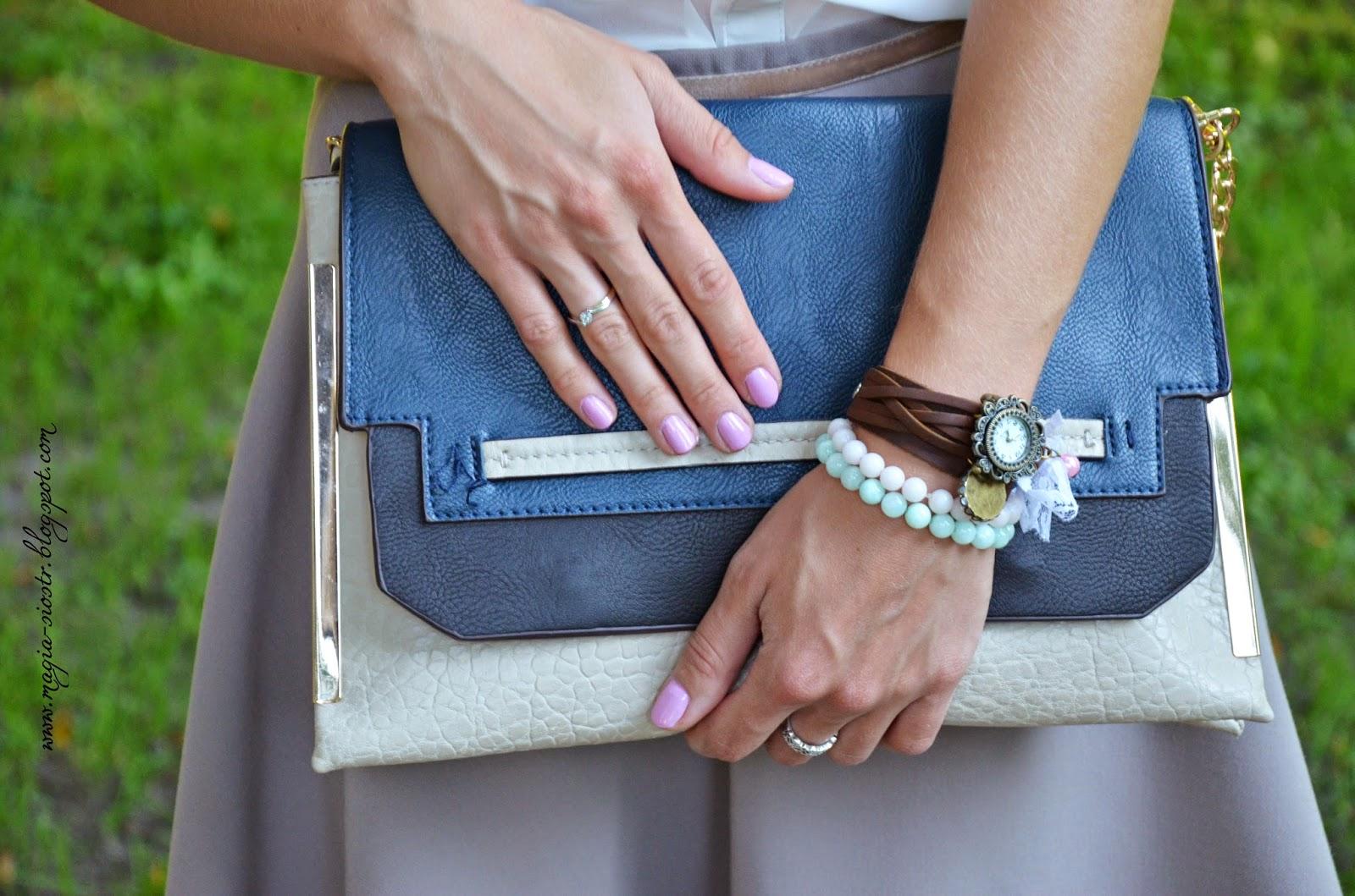 Torebka, bransoletki i zegarek blogerki