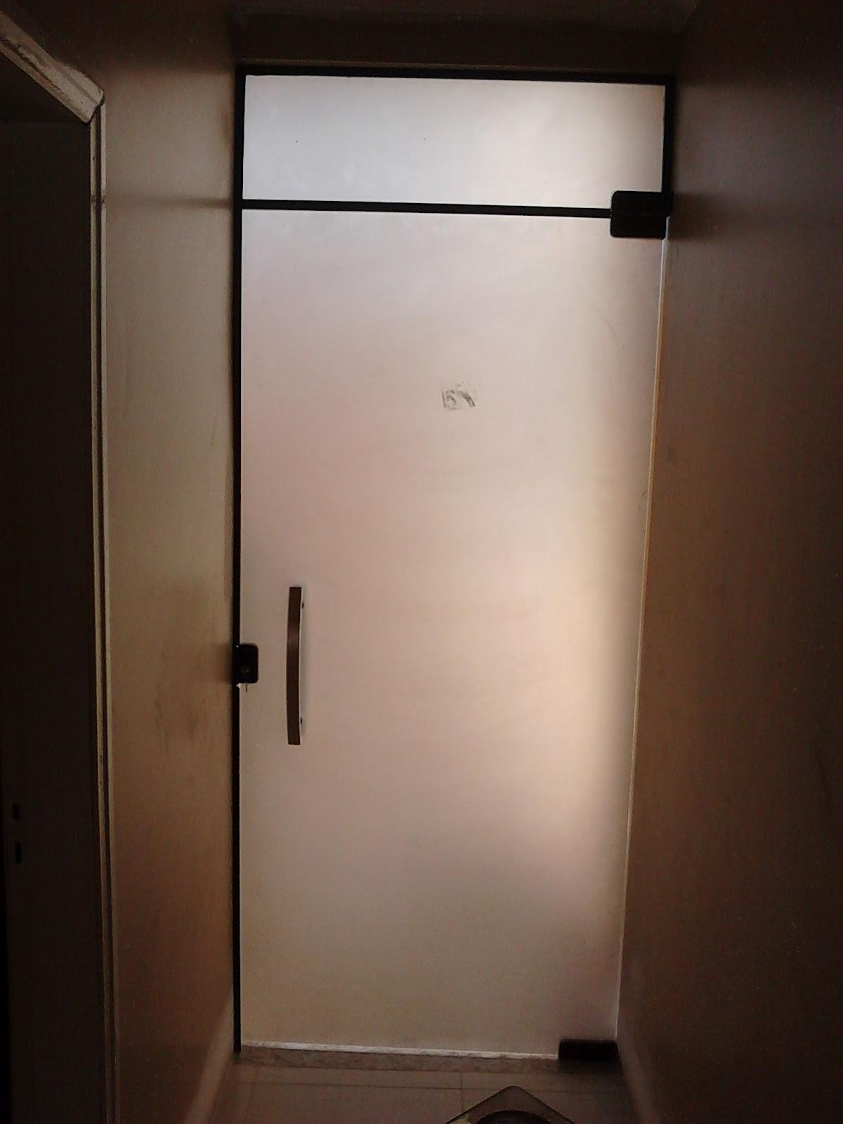 #2C1C15 Porta Incolor com seu vidro jateado vista do lado de fora e dentro. 496 Janelas E Portas De Aluminio Em Juiz De Fora