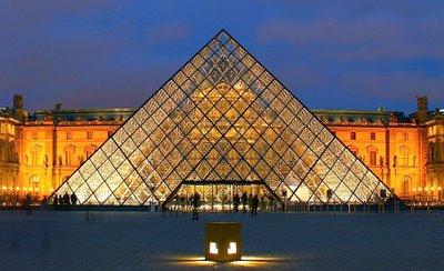 Le saviez vous la pyramide du louvre une id e datant du xviiie si cle - Construction pyramide du louvre ...