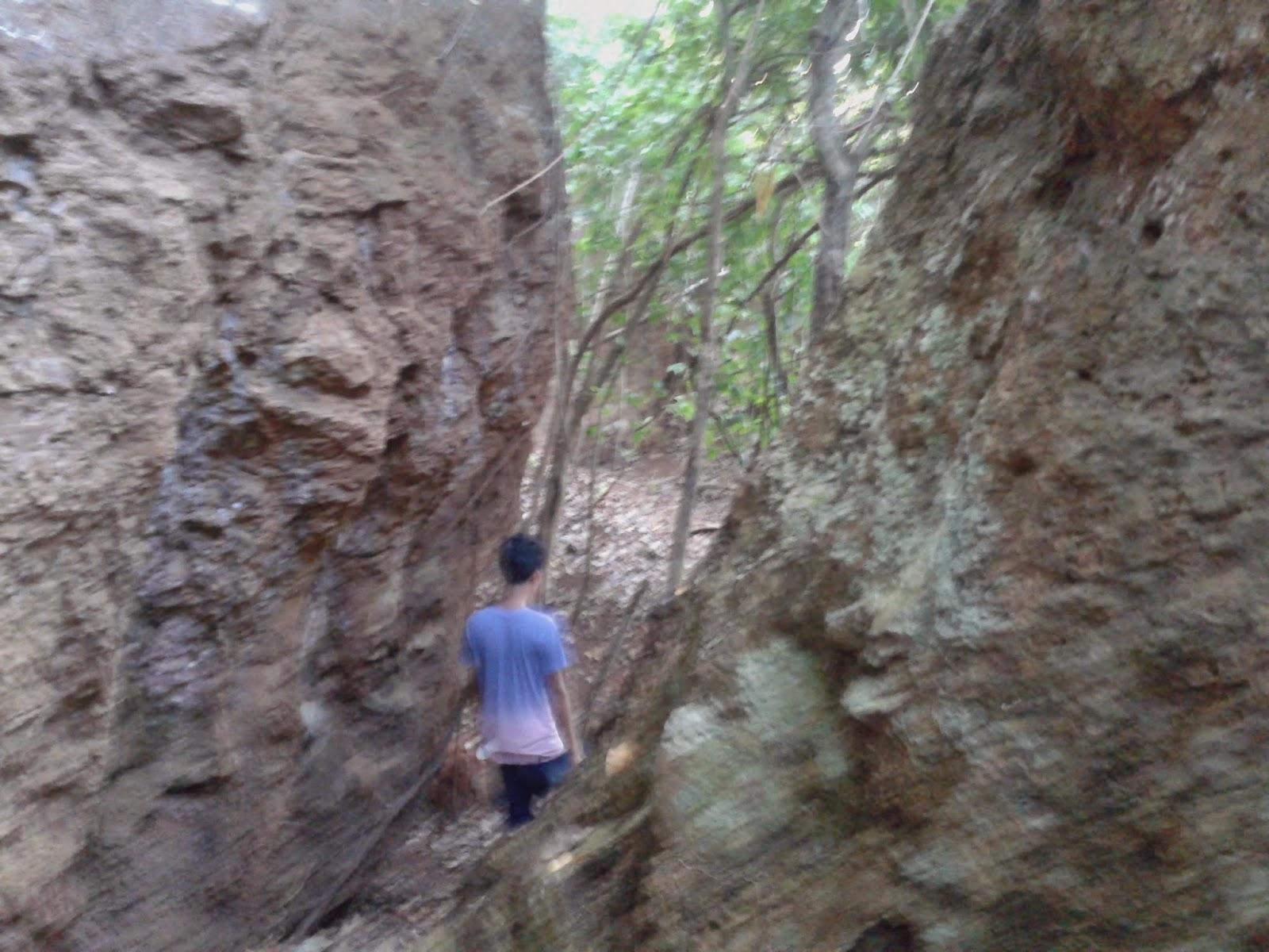 Jalan setapak diantara bongkahan batu