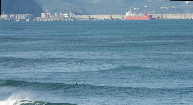 surfista esperando una ola sopelana