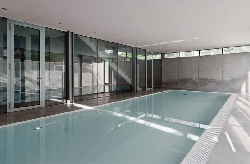 Casa r fachadas de cristal christ christ arquitectos for Piscine tres design