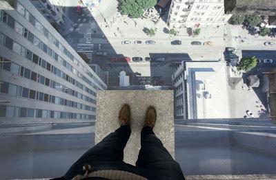 persona parada en un edificio muy alto