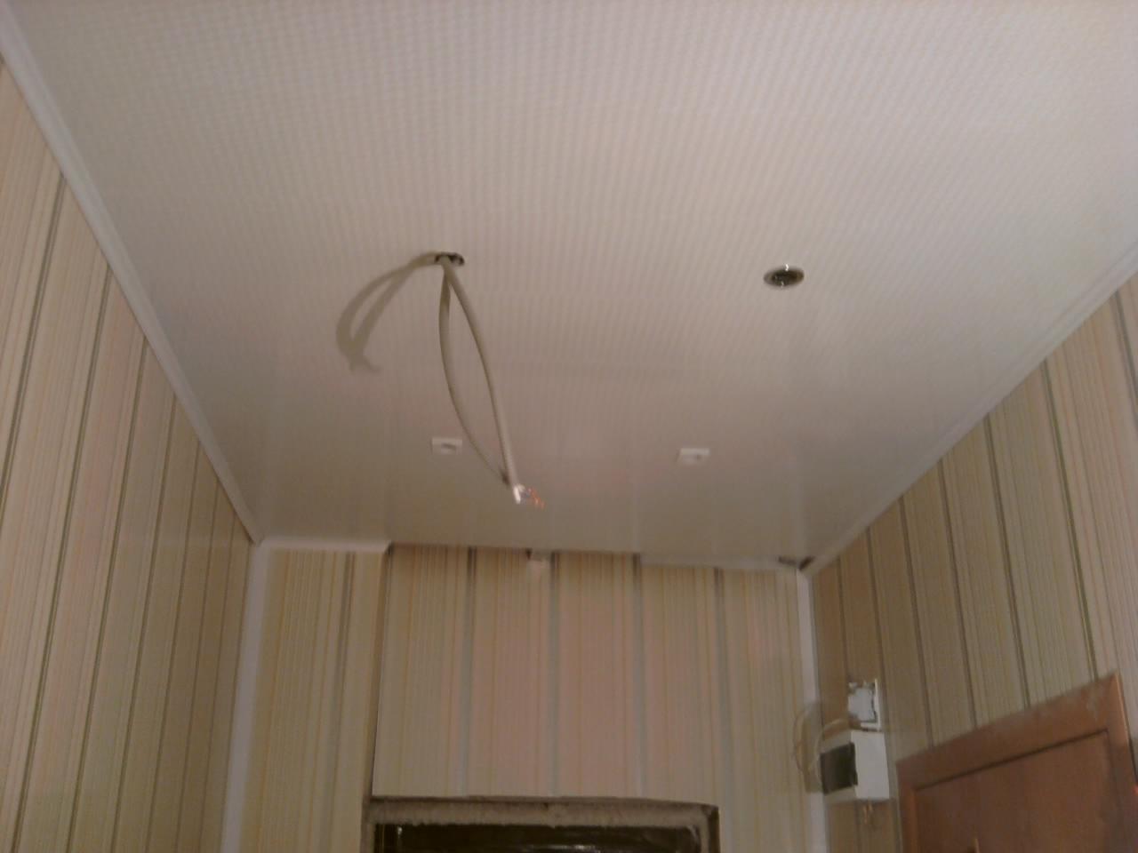 Потолок в прихожей из пластиковых панелей своими руками 43