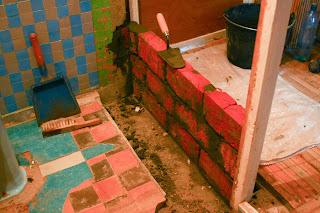 возведение кирпичной стены в ванной комнате и туалете