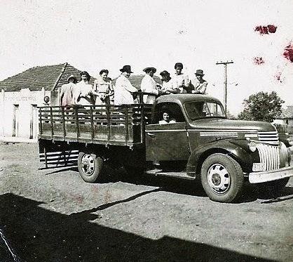 Moradores de Tibiriçá indo às compras em Epitácio.