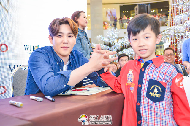 Seems like KangIn like kids a lot as he spent quite some time to interact with him