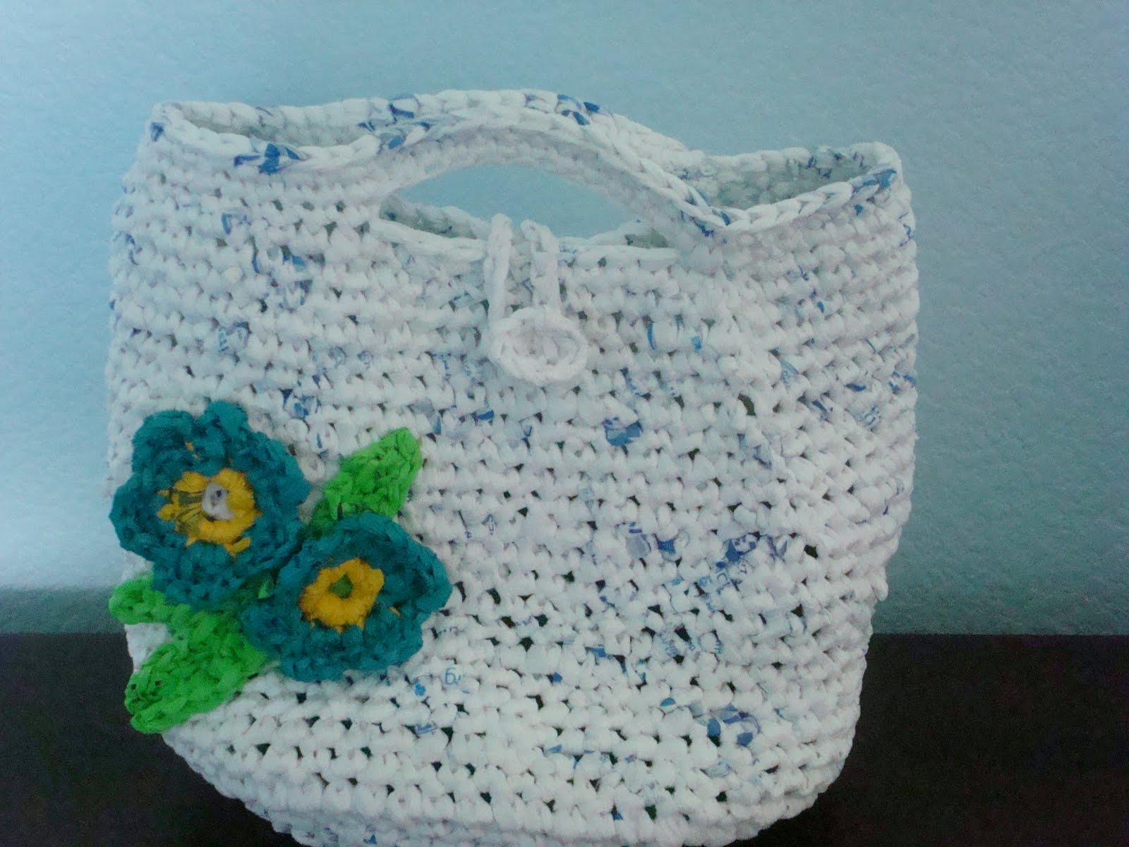 Desde mi jardin bolso tejido a chochet hecho con bolsas - Como hacer bolsos tejidos ...
