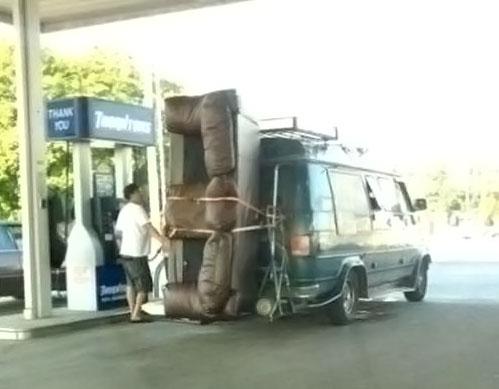Le canapé à l'arrière de la camionnette, bricolage sympa pour se débarrasser de la belle-mère!