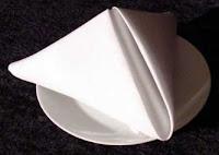 Δίπλωμα πετσέτας σε σχήμα πυραμίδας για το γιορτινό τραπέζι