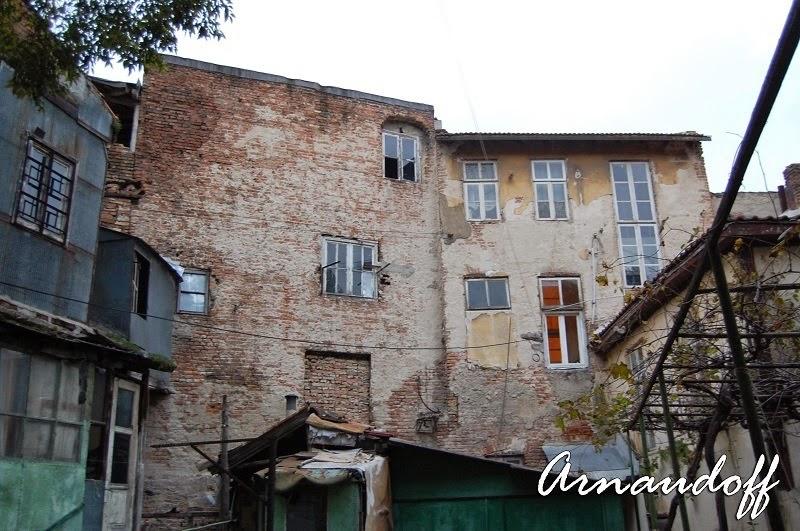 Рушащи се къщи в центъра на Варна