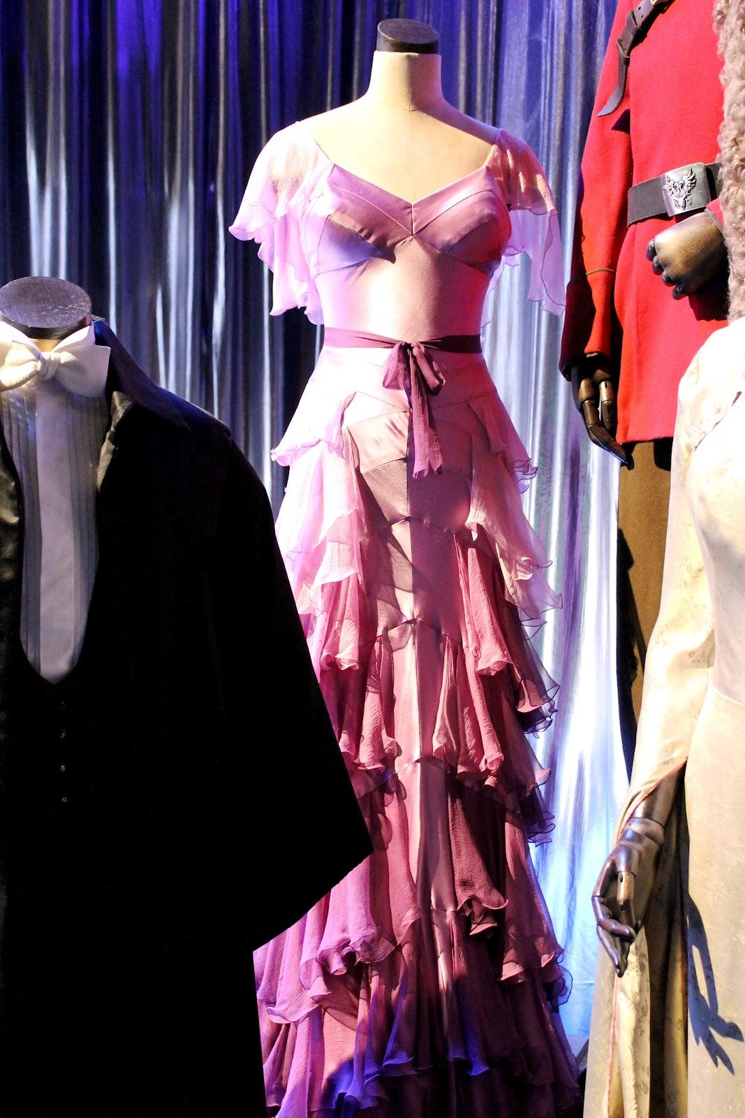 http://4.bp.blogspot.com/-ikU9h3lmPQU/UBr7QgzIAHI/AAAAAAAALLg/HaM1T9Gliwc/s1600/Emma+Watson+pink+dress+ball+Hermione+film.jpg