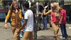التحرش الجنسي في مصر - شاب يرتدي زي فتاة و ينزل إلي الشارع و يتم التحرش به