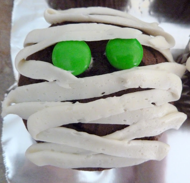 mummy cupcake with green eyes