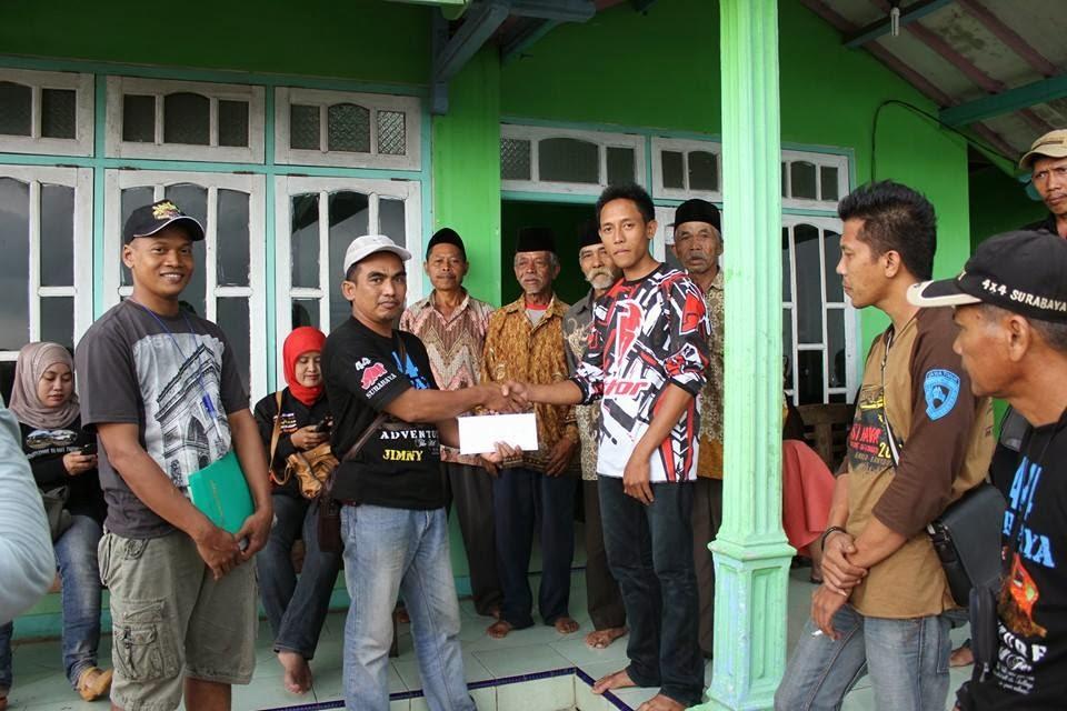Ketua 4x4 SBY, kaji Hanafi memberikan bantuan untuk perbaikan Musholla