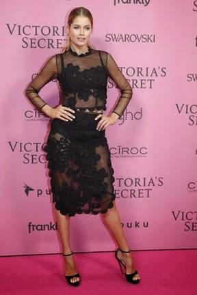 Brasileira apostou em look cheio de transparência em festa vip da Victoria's Secret