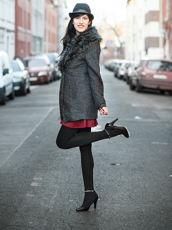 Bild Outfit Fashion Blogger Asos Fellmantel, Oasap Hut, bordeauxrotes Kleid, Christmas-Look