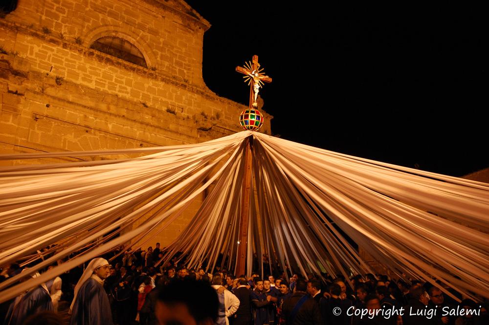 """""""Lu Signuri di li Fasci"""" davanti la chiesa Madre in attesa dell'urna e dell'Addolorata"""