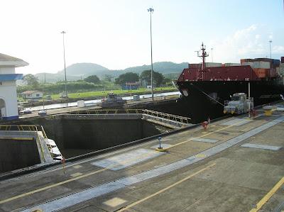 Maniobra esclusa Miraflores, Canal de Panamá, round the world, La vuelta al mundo de Asun y Ricardo, mundoporlibre.com