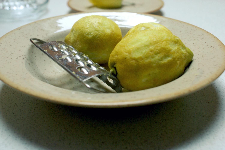 Citrónová limonáda - nastrúhame citrónovú kôru