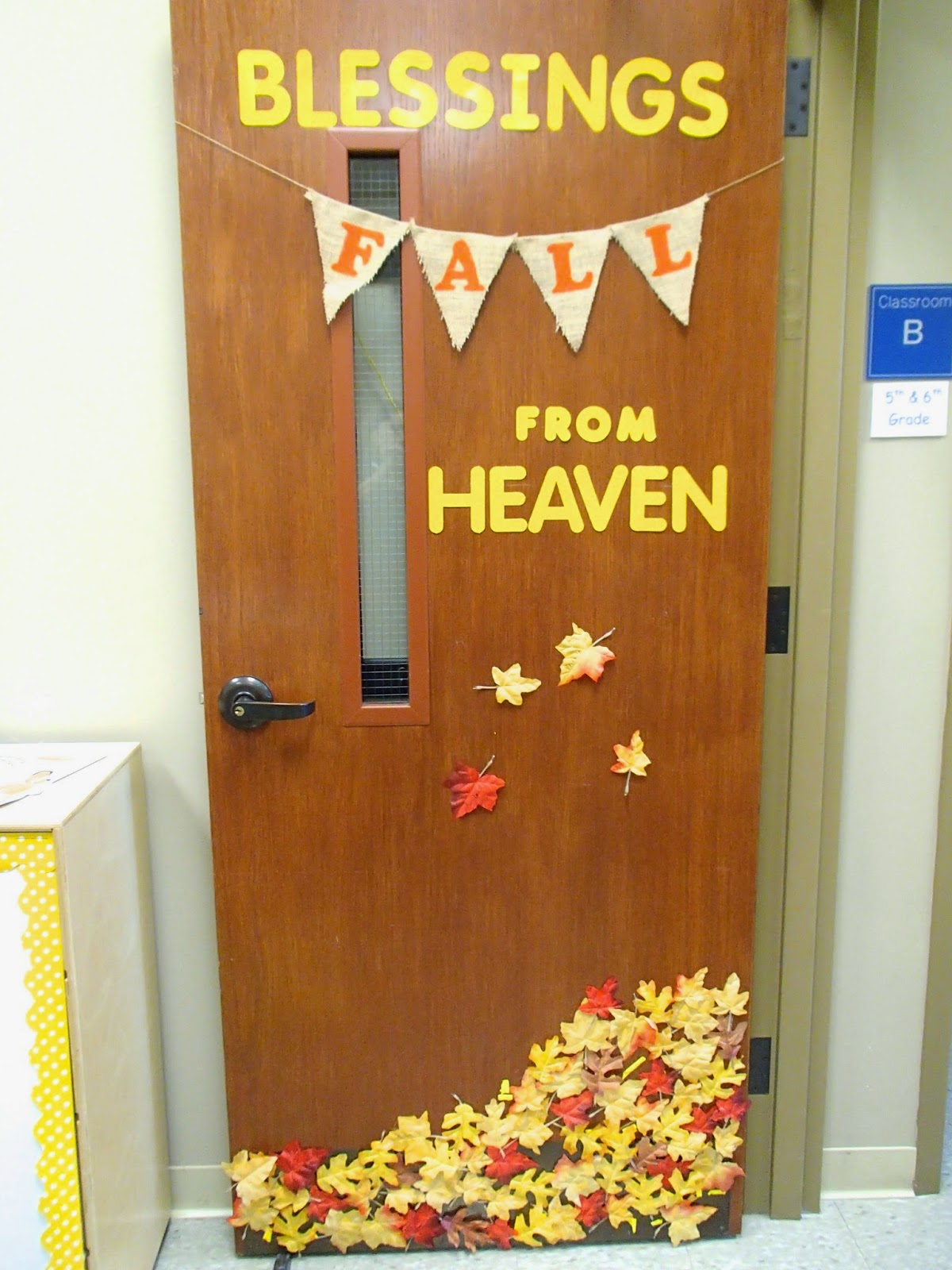 Easy breezy sunday school fall door decoration for Nursery class door decoration