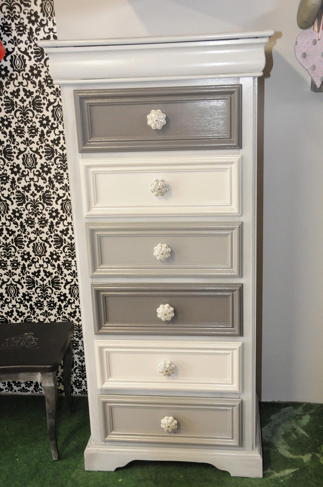 Chiffonnier aux tiroirs gris d grad s - Repeindre un vieux meuble ...