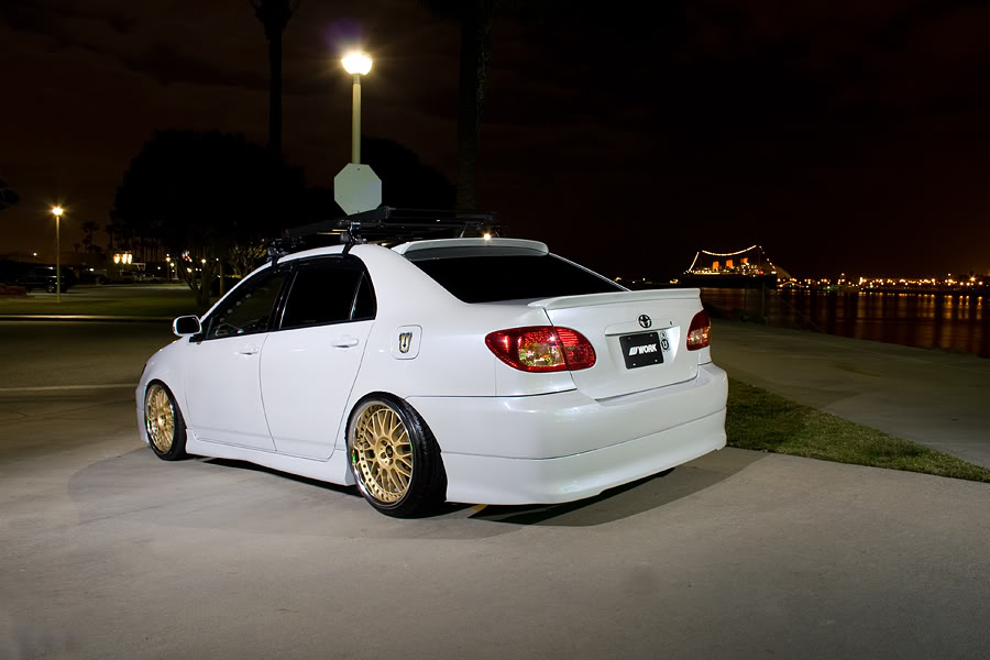 Toyota Corolla E120 samochód w nocy