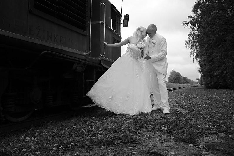 retro stiliaus vestuvių fotosesija su traukiniais