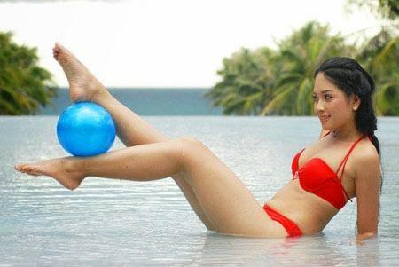 Hoa Hậu Việt Nam mặc bikini tỏa sắc bên bể bơi 32