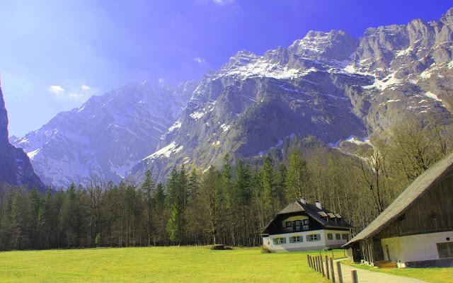 Pueblo entre las Montanas y Alpes de Alemania