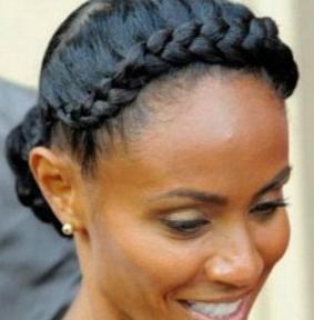Comme son nom lindique, la tresse couronne consiste à réaliser une ou deux tresses collées à votre cuir chevelu, de manière à obtenir un effet couronne de