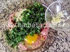 Salata de chiftele cu maioneza preparare reteta - usturoiul pisat sau razuit