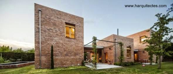 Arquitectura de casas casa posmoderna hecha de ladrillos for Casa moderna ladrillo