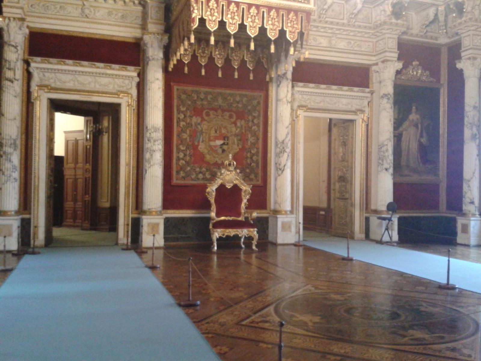 Thronsaal des Schloss Schwerins mit Gemälden der Herrschern