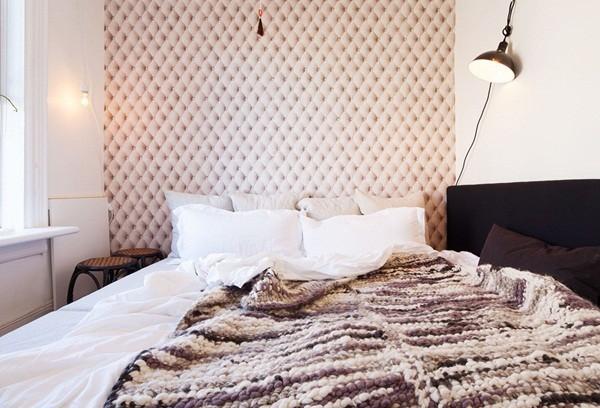 Chiếc giường cỡ đại từ bộ sofa trong phòng tổng hợp của căn hộ
