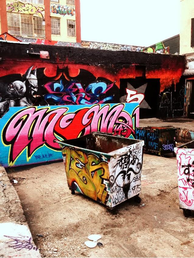 last junkies on earth new yorks graffiti mekka wird unter polizeischutz wei gestrichen. Black Bedroom Furniture Sets. Home Design Ideas