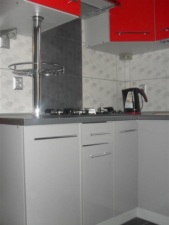 SztukaProjektowania Realizacja  Kuchnia czerwono szara