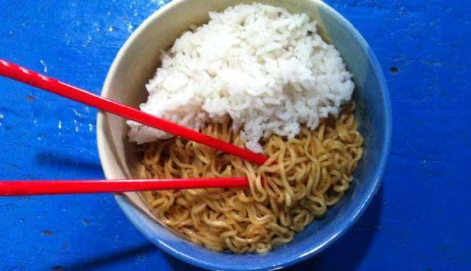 Wajib Baca!! Inilah Bahaya Makan Mi Instan Campur Nasi